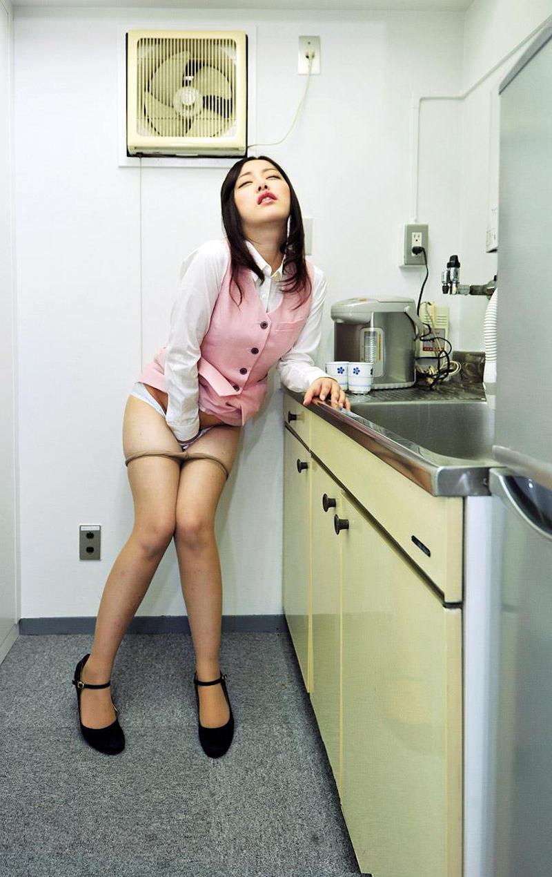 給湯室で隠れてオナニーするOLのイキ顔が堪らん!