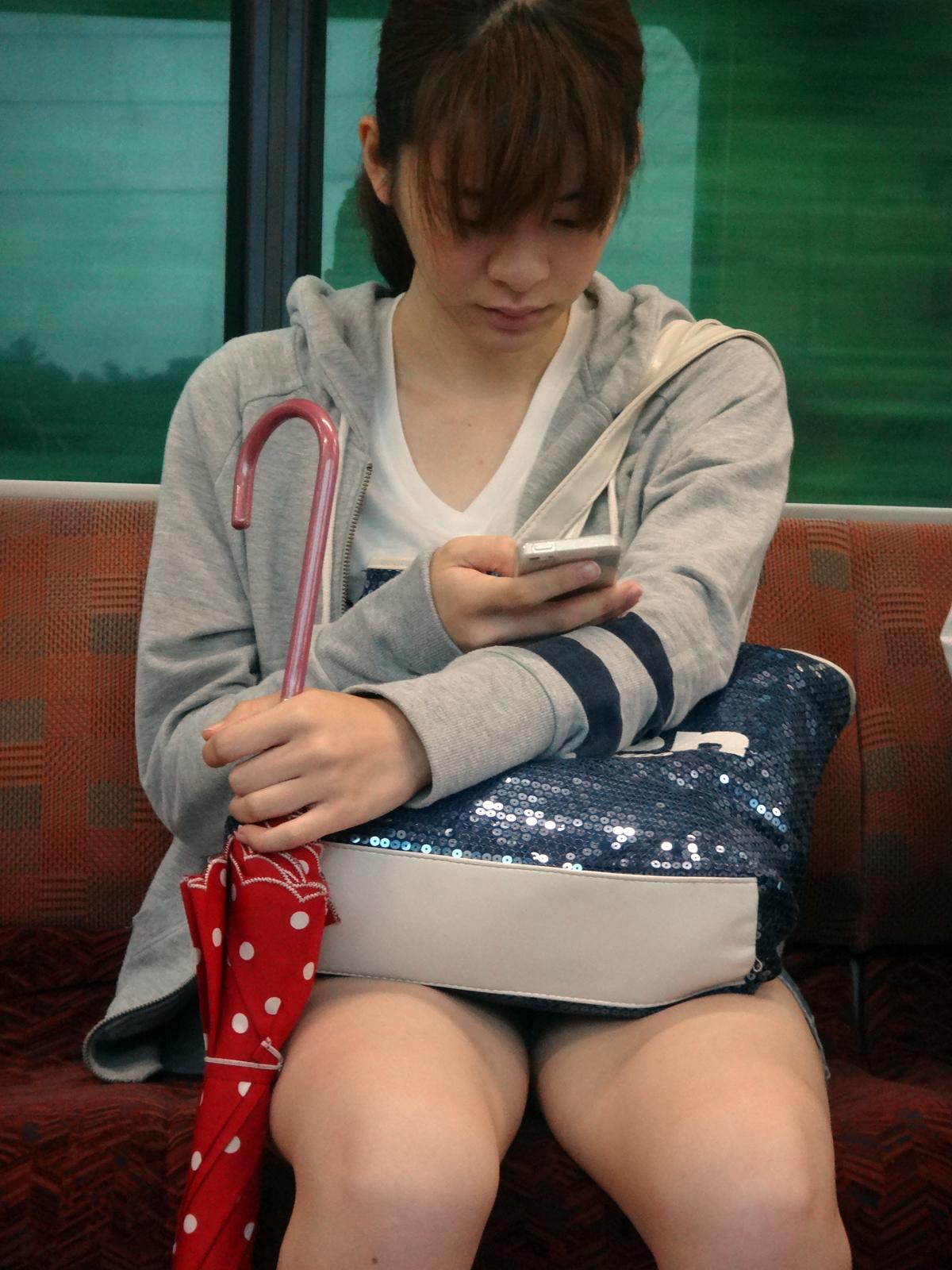 若い女性の生足太ももを電車内で隠し撮り!