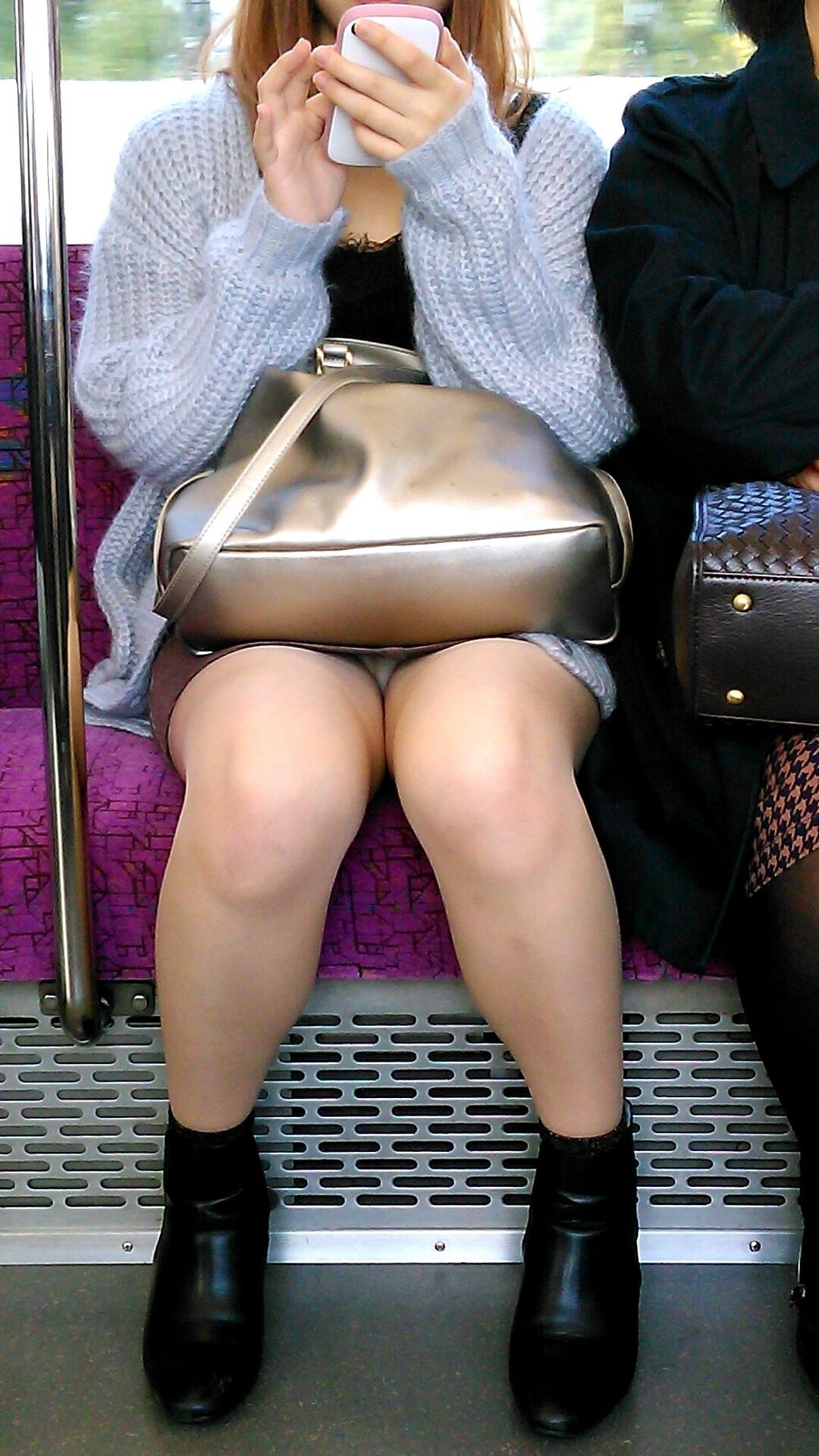 電車の中でギャルの下着をドキドキしながら盗撮!