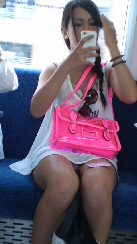 電車内で完全に油断してるミニスカ女性のパンチラ!