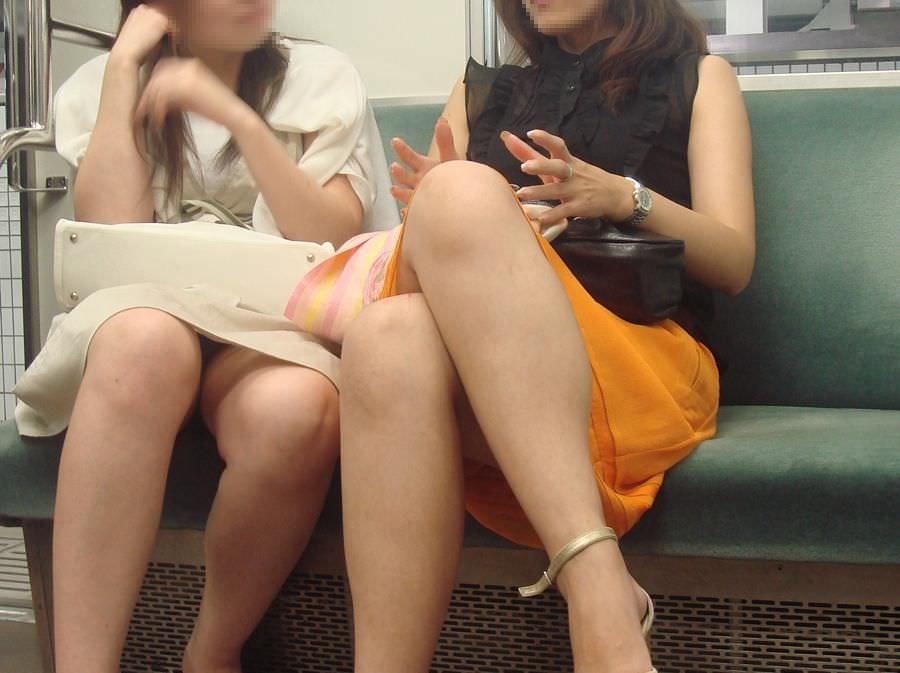 向かいに座ったお姉さんの美脚と下着がくっそエロい!