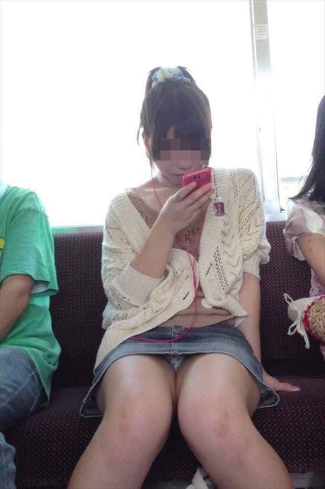 電車内パンチラ盗撮画像 素人さんの電車内パンチラ盗撮エロ画像30枚 | 5回は抜けるエロ画像