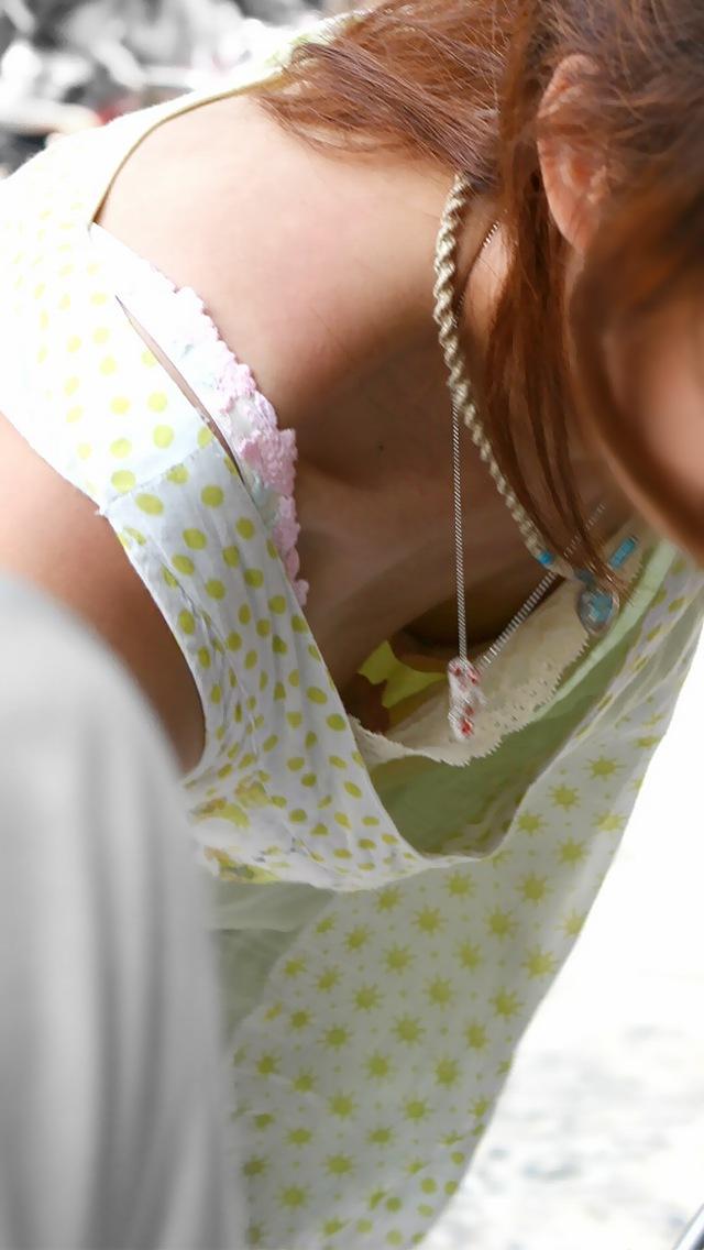 胸元ユルユルしすてオッパイが丸見え素人女性!