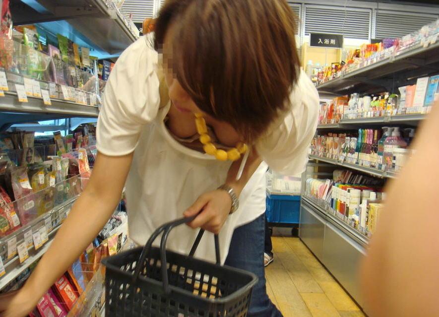 買い物中に油断する女性の胸チラを捉えた瞬間!