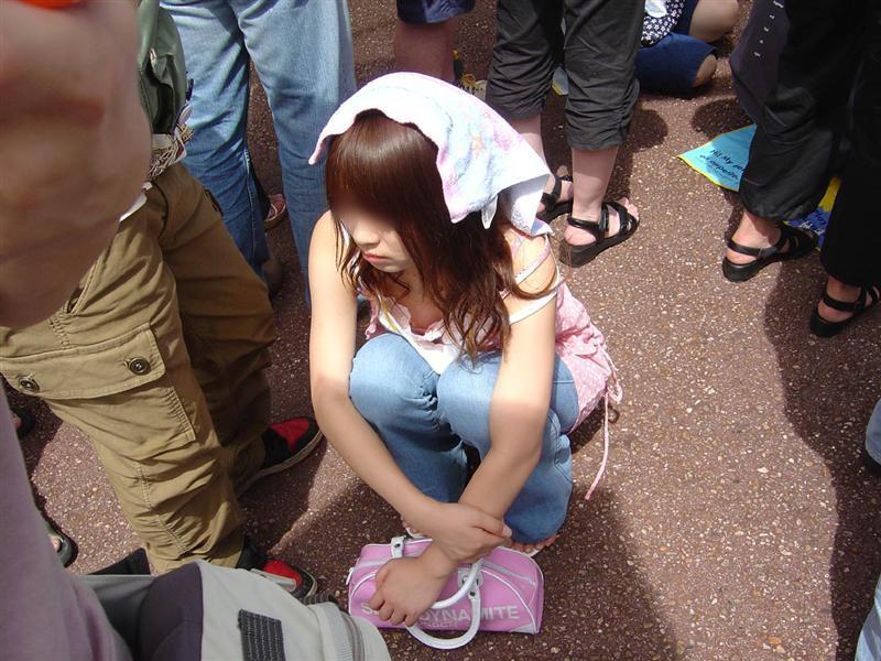 猛暑でしゃがんでる女性の胸チラを盗撮!