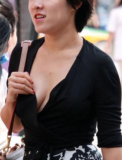 チラッと谷間が見えちゃってる女性の胸チラ!