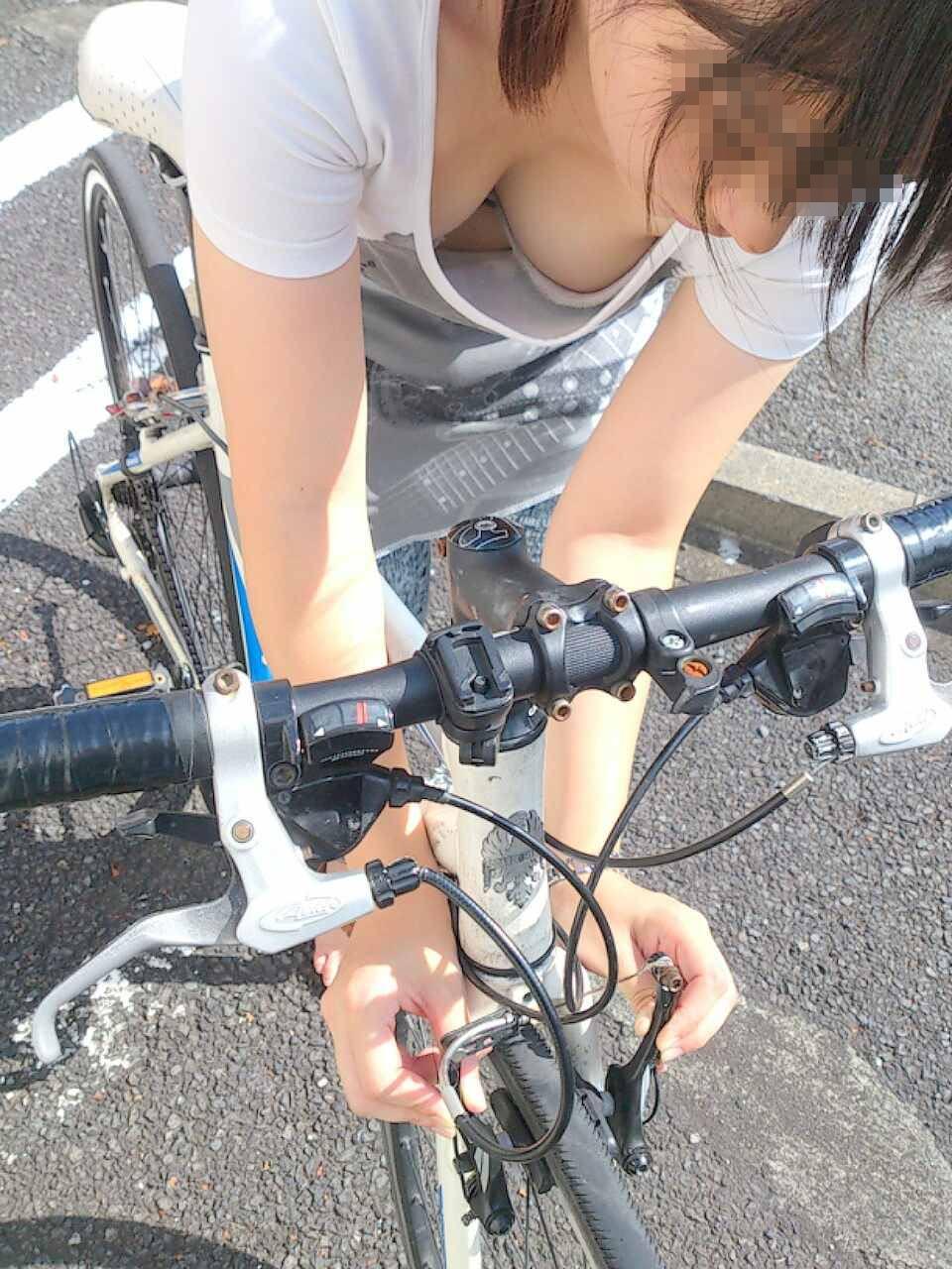 自転車のブレーキを調節してる女性のおっぱいを盗撮!