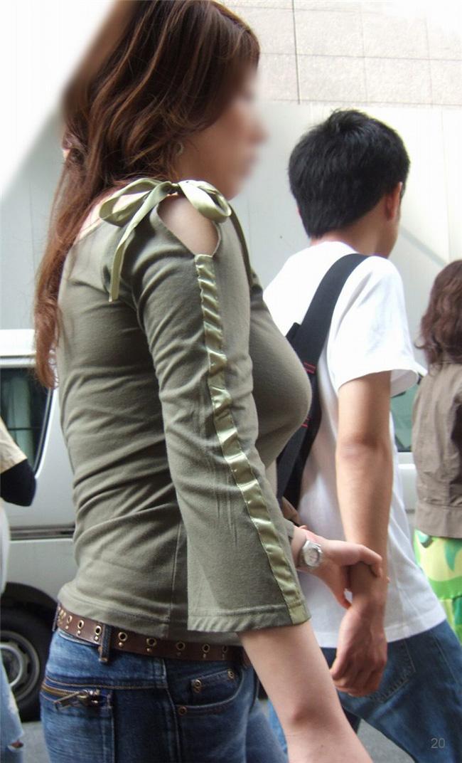 街中で着衣巨乳を横アングルから見る!