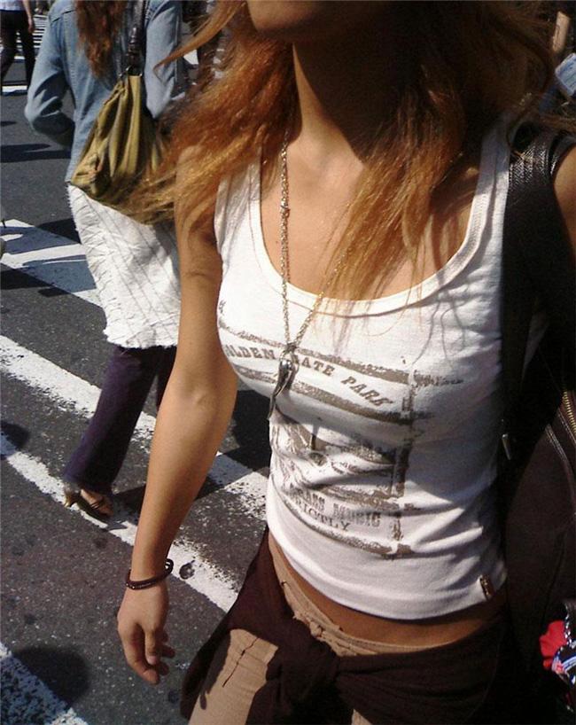 街を歩くだけで胸元をジロジロ視姦される素人女子!