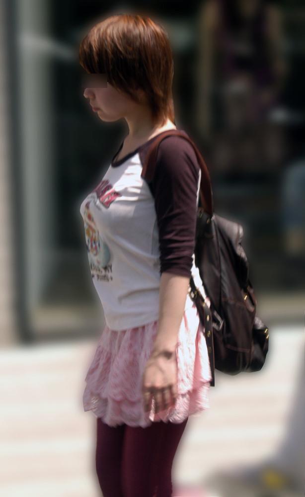街中で男の目線を集めるお姉さんの着衣巨乳!
