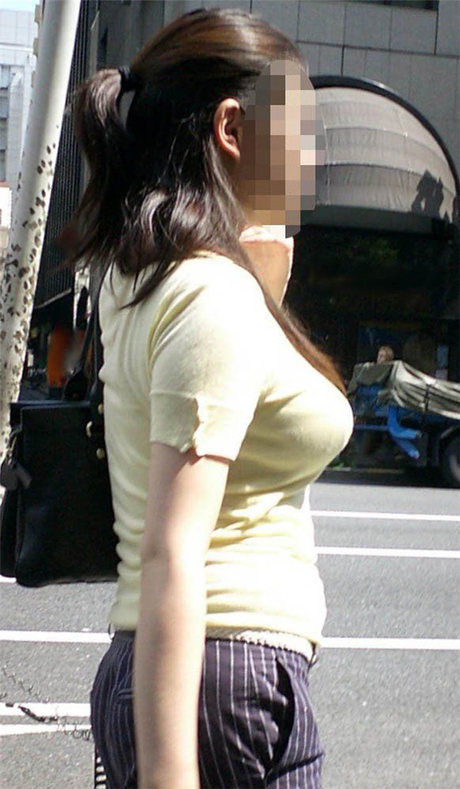 Tシャツで強調される巨乳に視線がいってしまう!