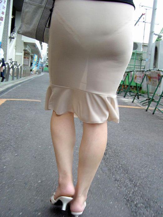 パンツが透けてデカ尻をアピールしてる!