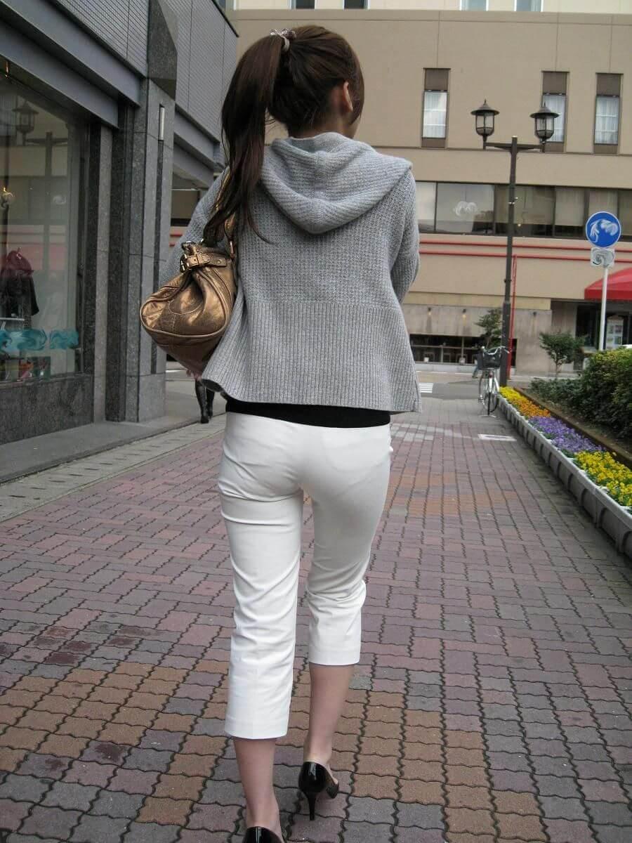 白いズボンを履くポニーテール美女の透けパン!