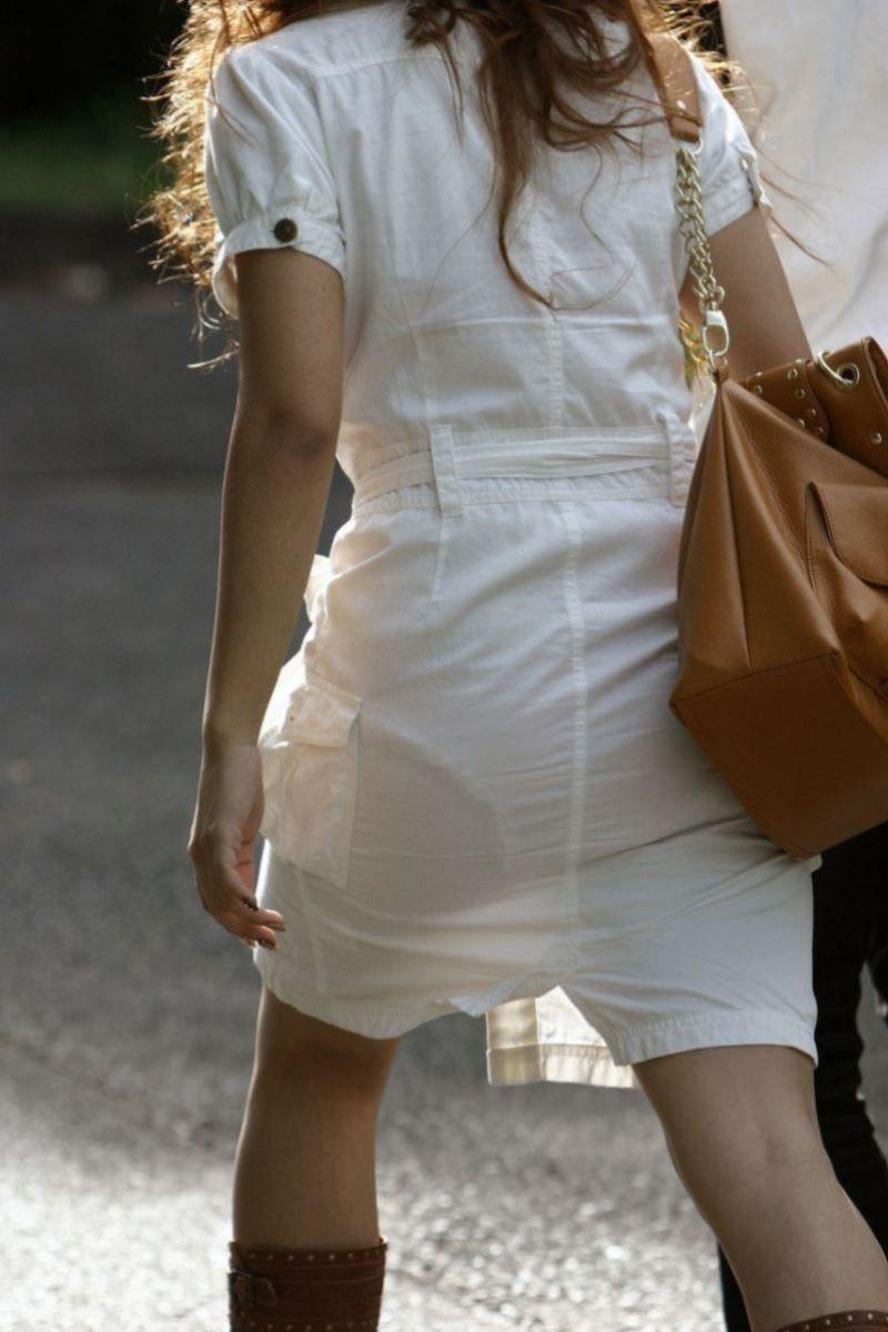 薄手のスカートで透けパンしてる素人を街撮り!