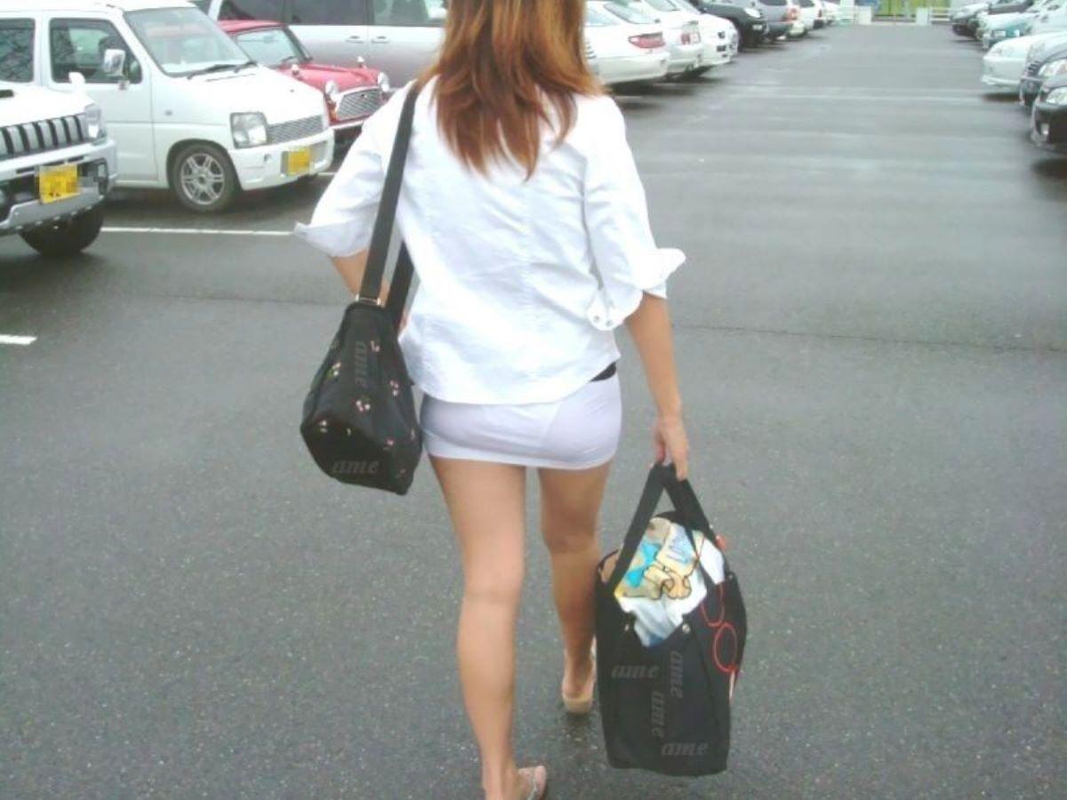 ミニスカ美女の生足と透けパンに注目!
