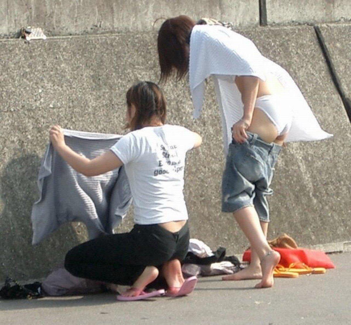 更衣室を使わず野外で水着に着替える素人女性たち!