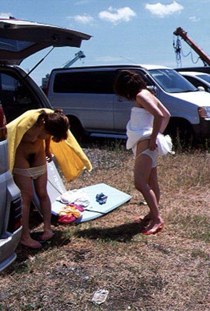 海水浴場の駐車場で大胆にビキニ水着に着替える!
