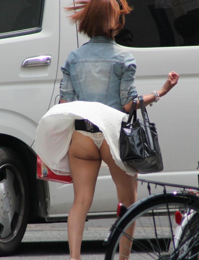 突風でスカートが捲れてムチムチお尻とTバック!