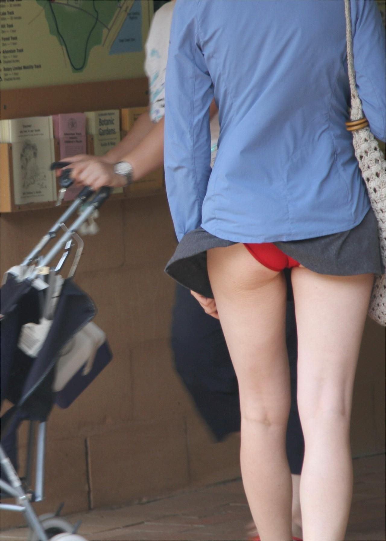 プリッとしたお尻と赤パンツがセクシー過ぎる!