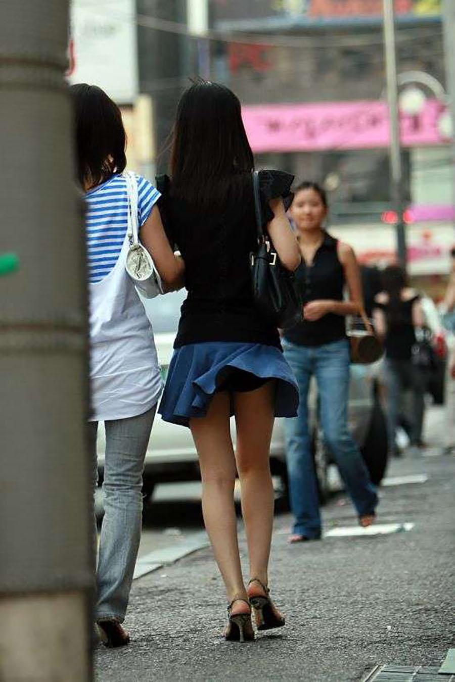 突風でスカート捲れてお姉さんの黒下着が見えた!