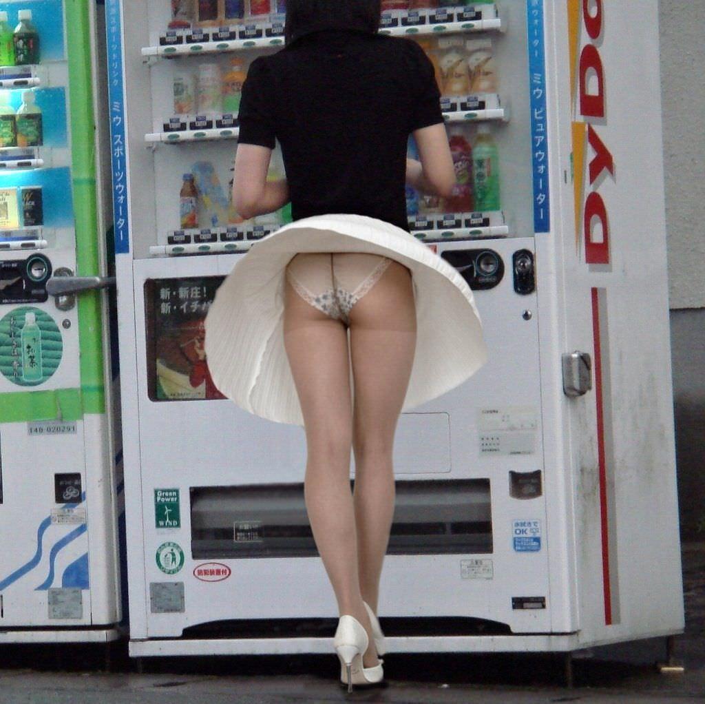 自販機の前で強風が吹いてパンスト越しパンチラ!