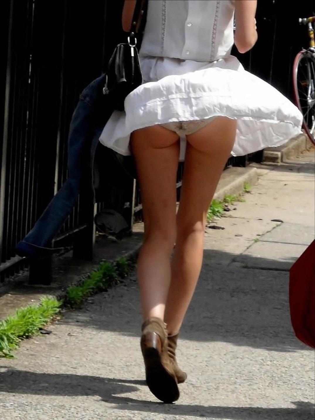 風の勢いでスカート舞い上がりパンツと尻肉!