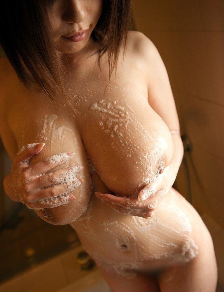 泡まみれで爆乳おっぱいを洗ってる!