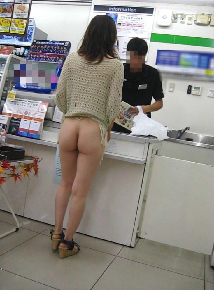 下半身裸のお姉さんがコンビニで買い物してる!