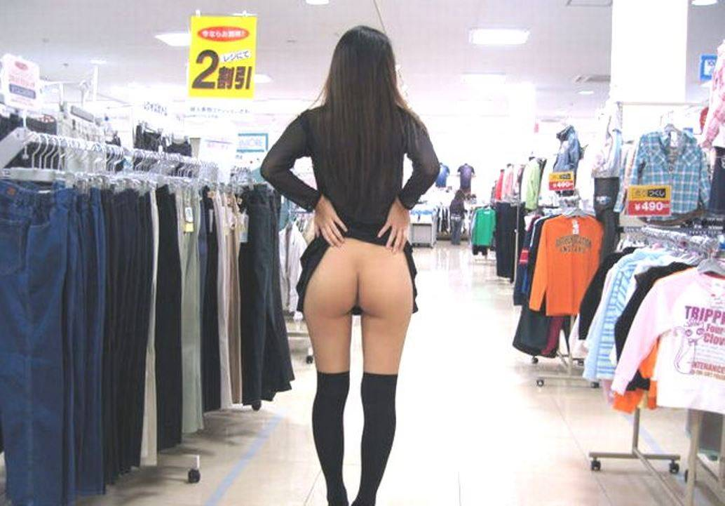 デパートでスカートをたくし上げプリケツを晒す変態素人!