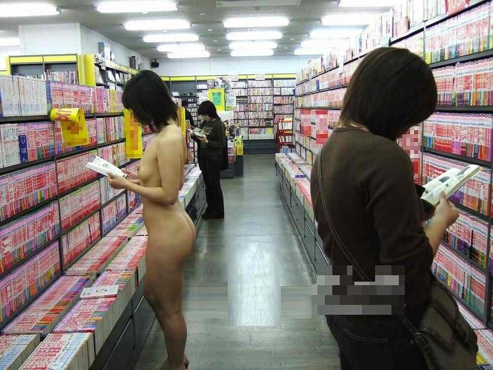 周りに他の客が居るにも関わらず全裸で立ち読みする素人!