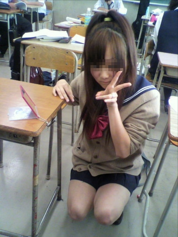 美脚の女子校生がピースサインで写真を撮ってる!