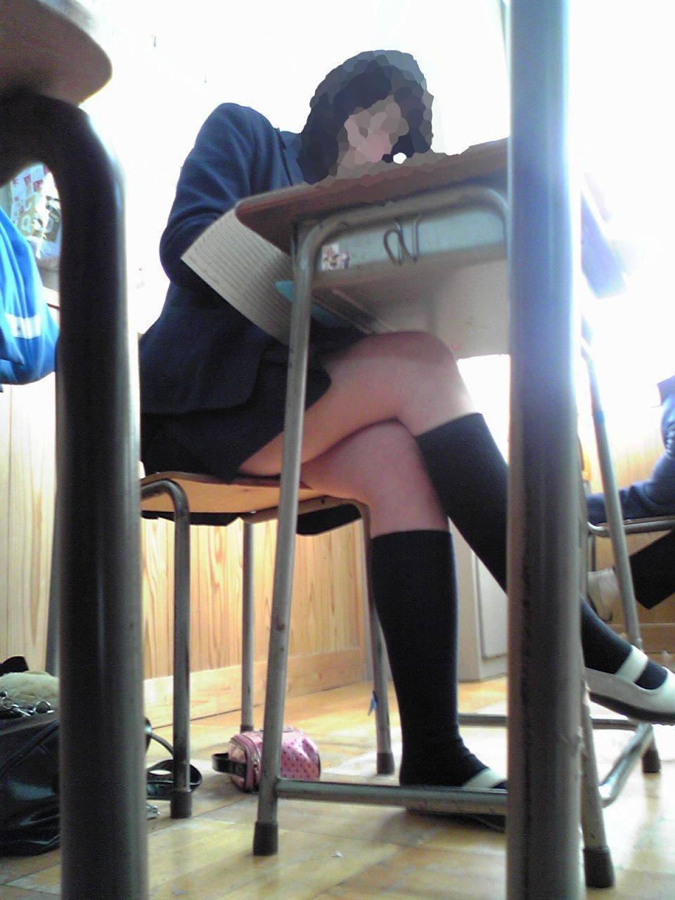 勉強中の友達の美脚をこっそり撮ってます!