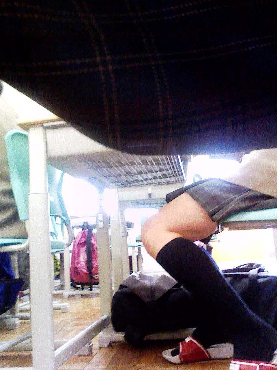 隣の席の女の子の生足を真横から撮影!