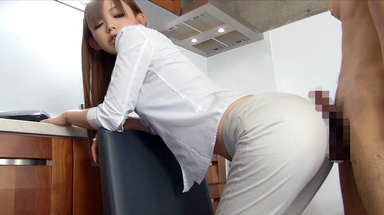 スレンダーな美人の姉さんが着衣尻コキ!