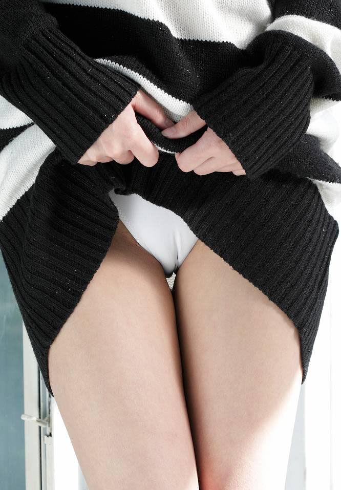 セーターをたくし上げるとマンスジが見えた!