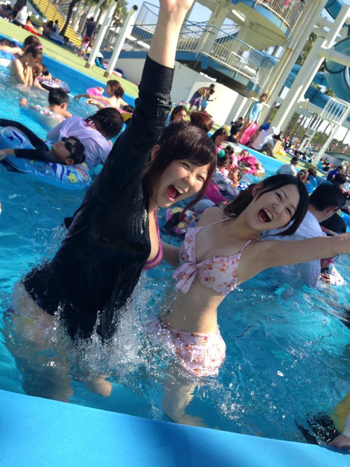 流れるプールではしゃぐ素人女子の谷間がエロ過ぎる!
