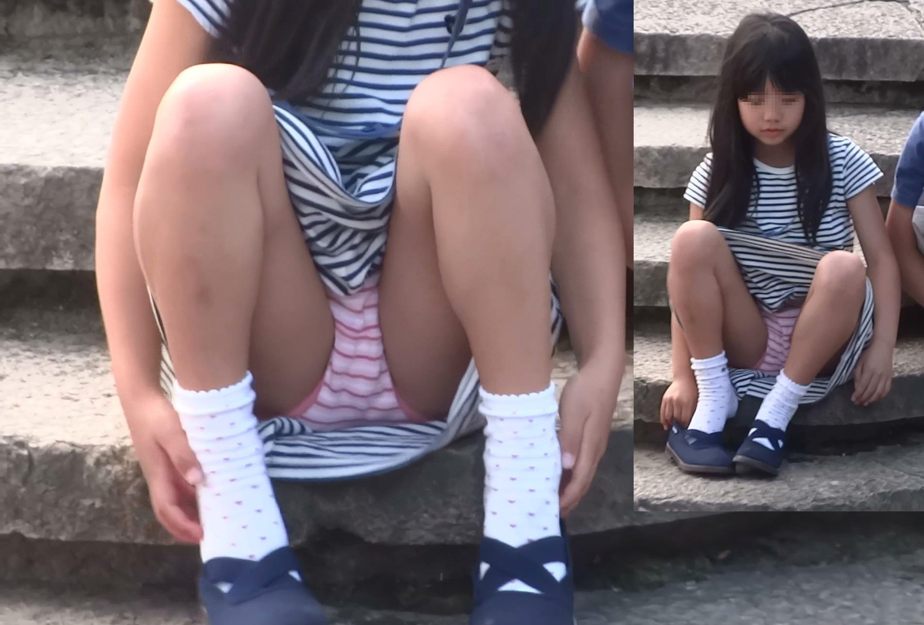 階段の段差に座るJSの可愛い横縞パンツを隠し撮り!
