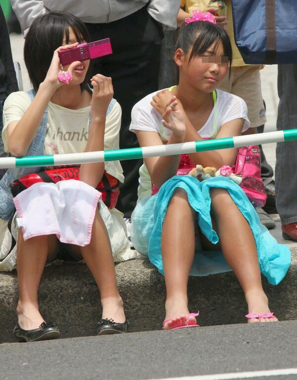 JS少女たちのしゃがみパンチラを街撮り!