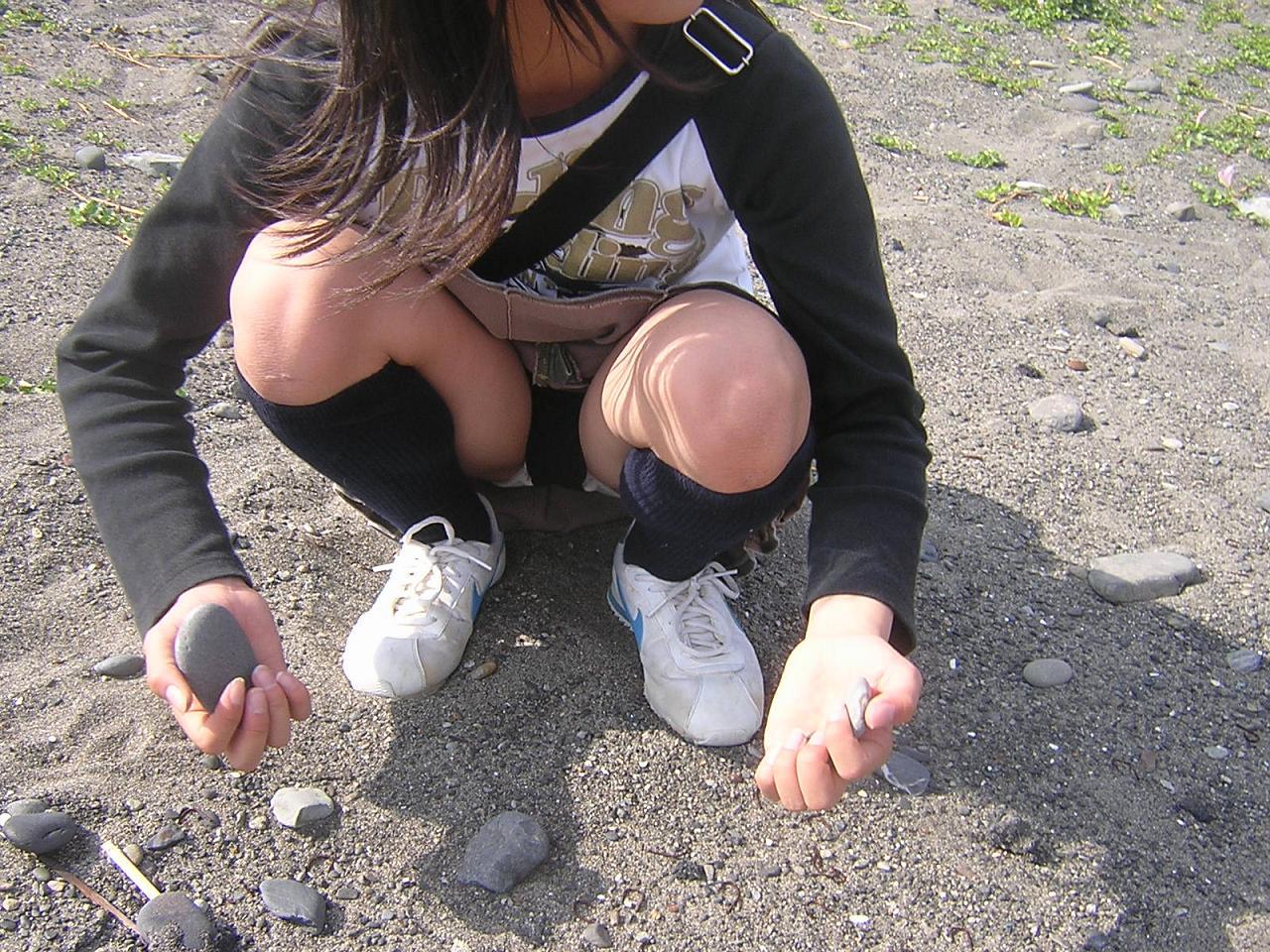 女子小学生の下着丸見え 石拾いをしてる少女のパンモロがエロ過ぎ!