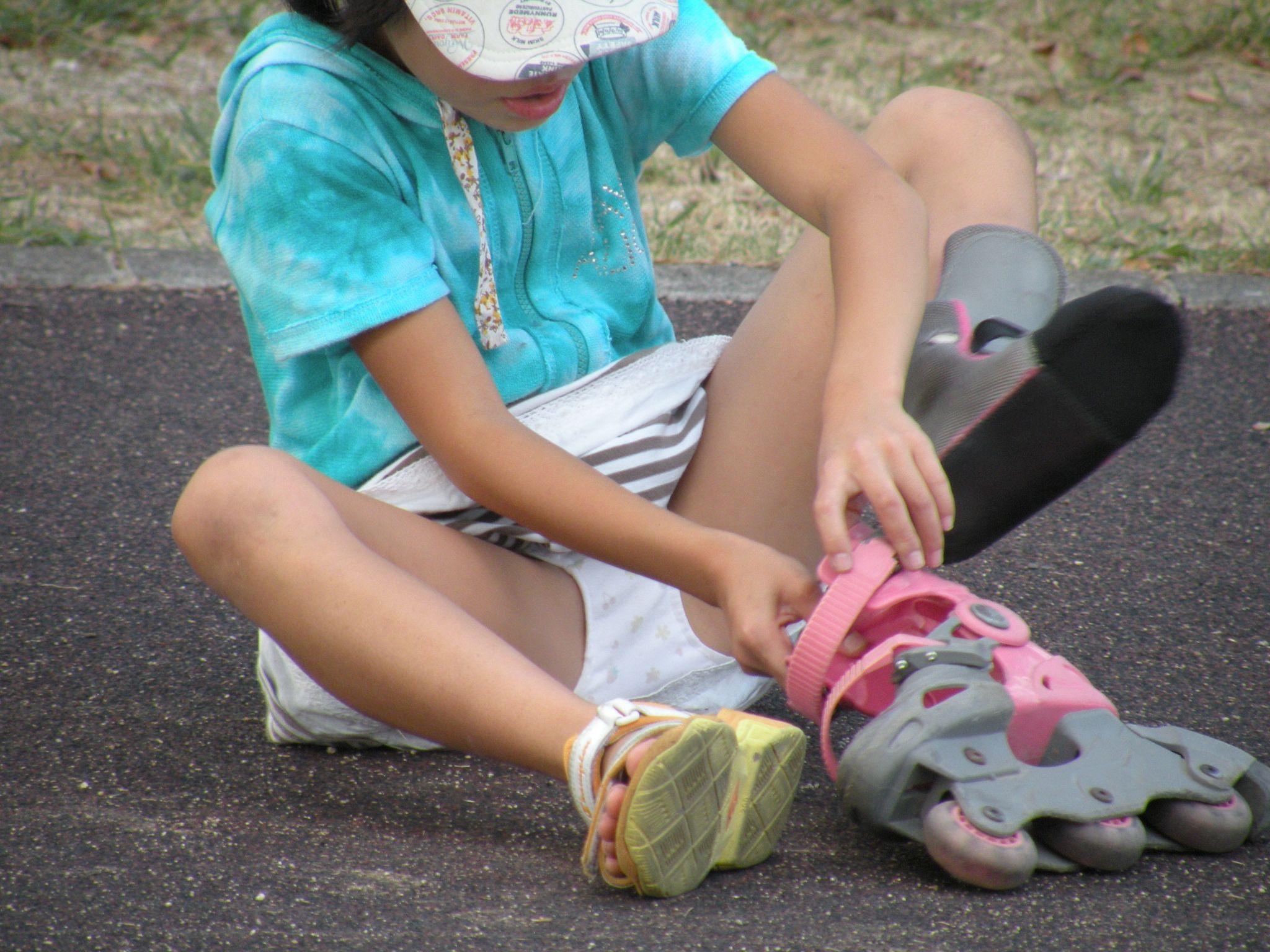 女子小学生の下着丸見え ローラーブレードを履きながらパンチラしてる!