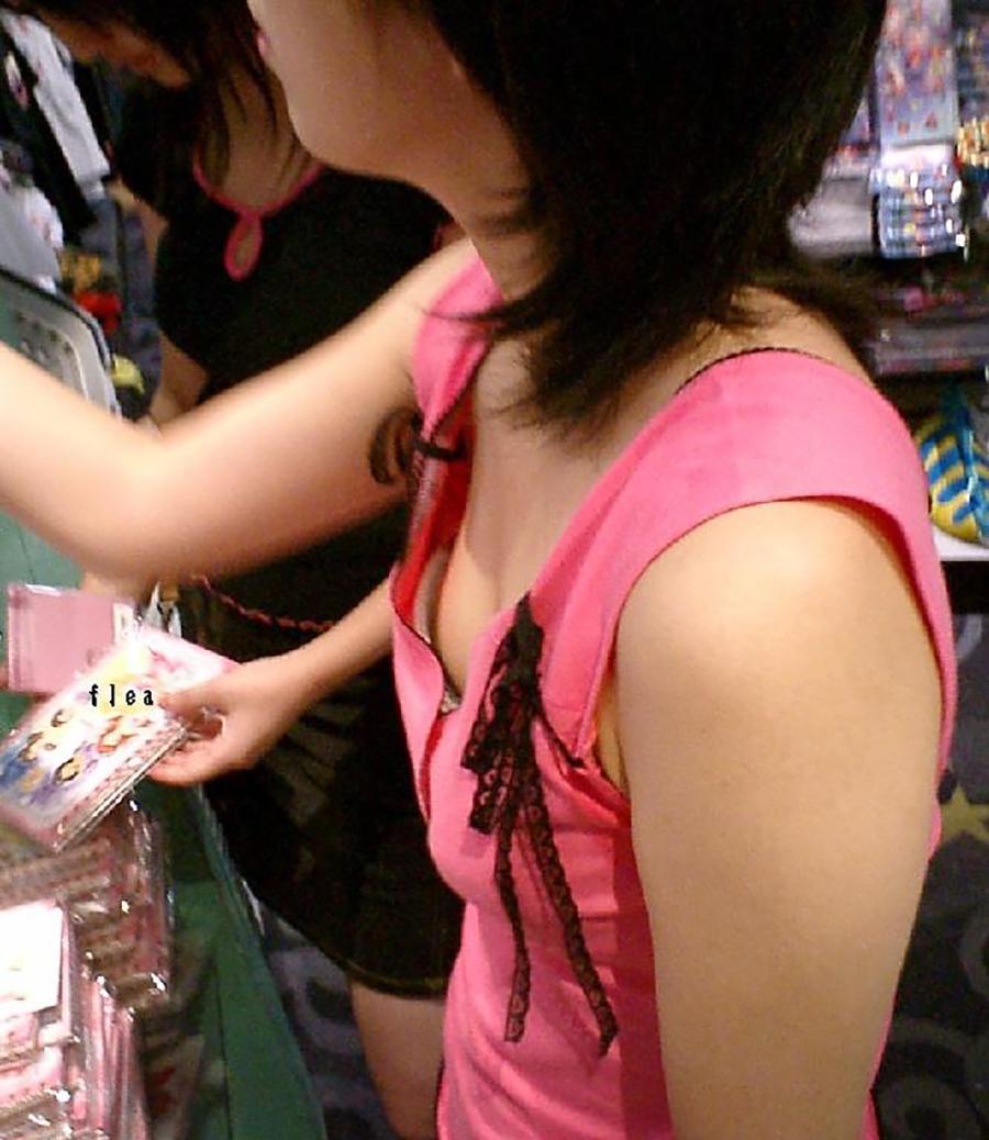 買い物に夢中になってるJSの胸元を隠し撮り!