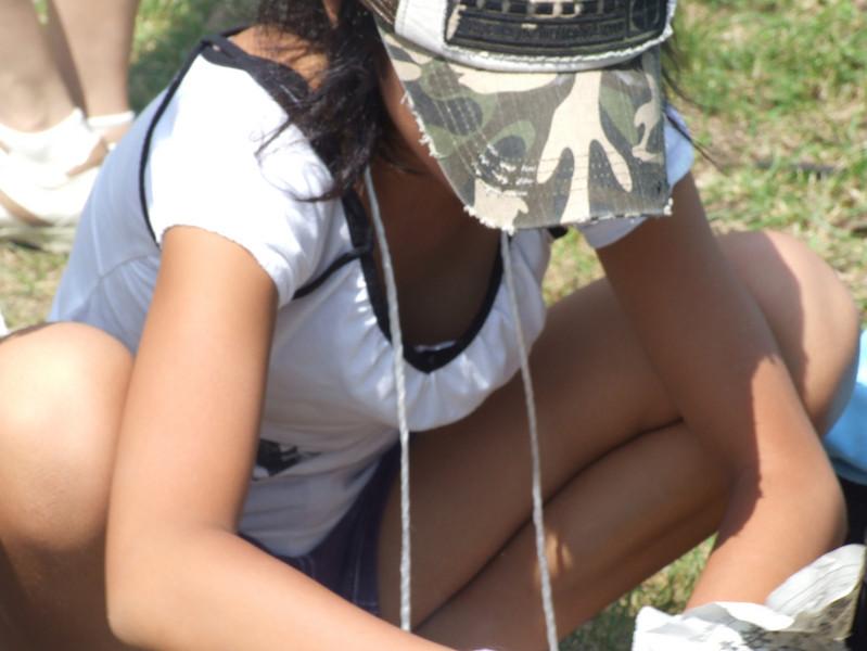外で遊んでいたJSの胸チラ盗撮です!