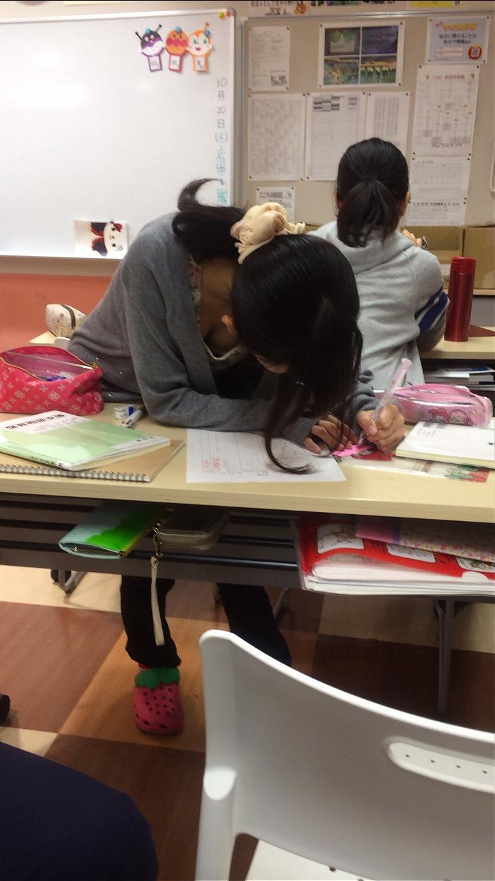 勉強中のJSを狙って先生が胸チラ盗撮!
