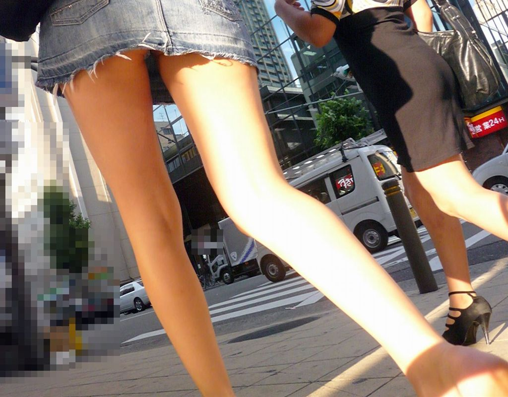 ミニスカートから見える美脚を接写撮影!