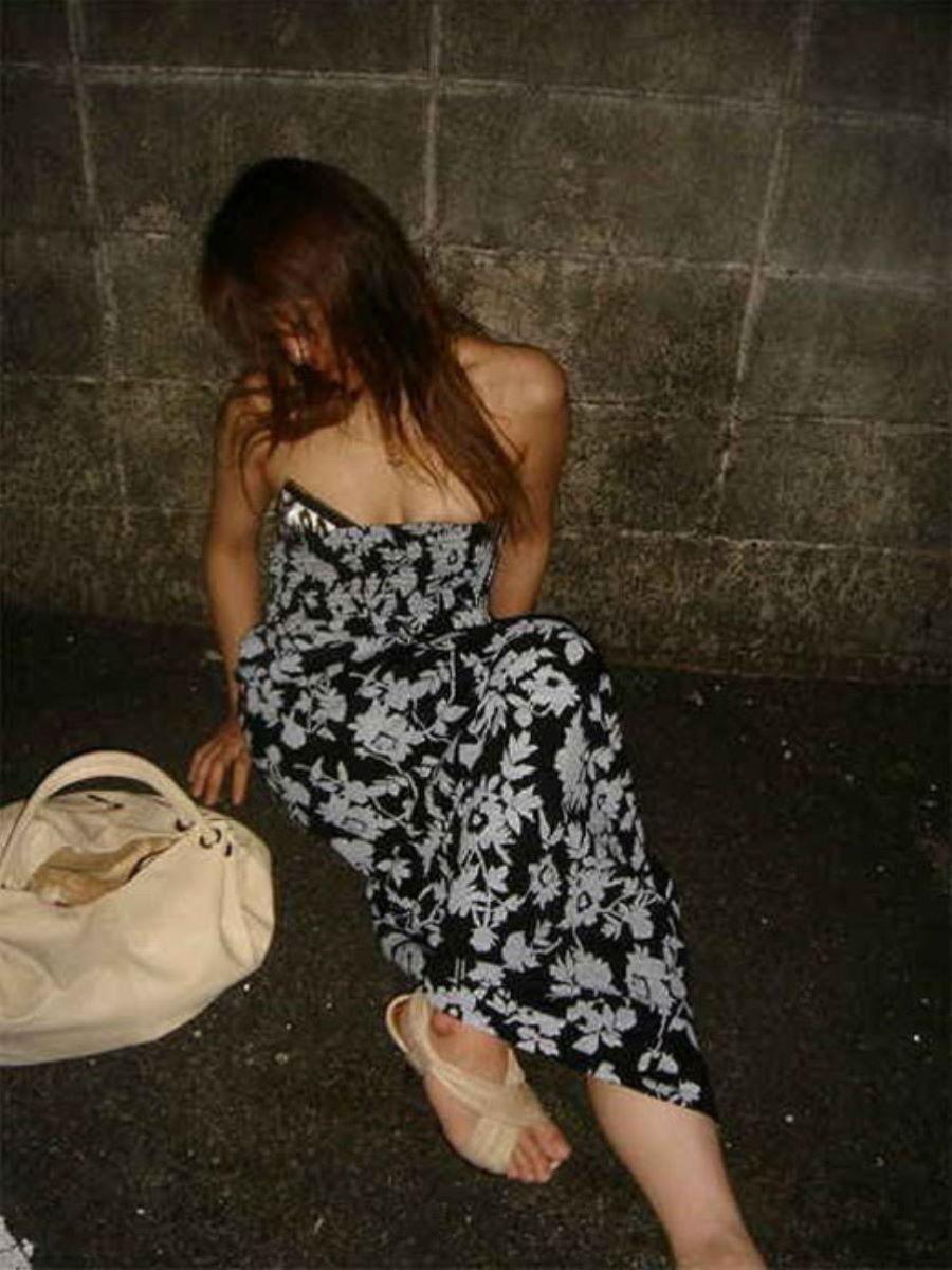 フェロモンが出ている色っぽい女性が路上で熟睡!