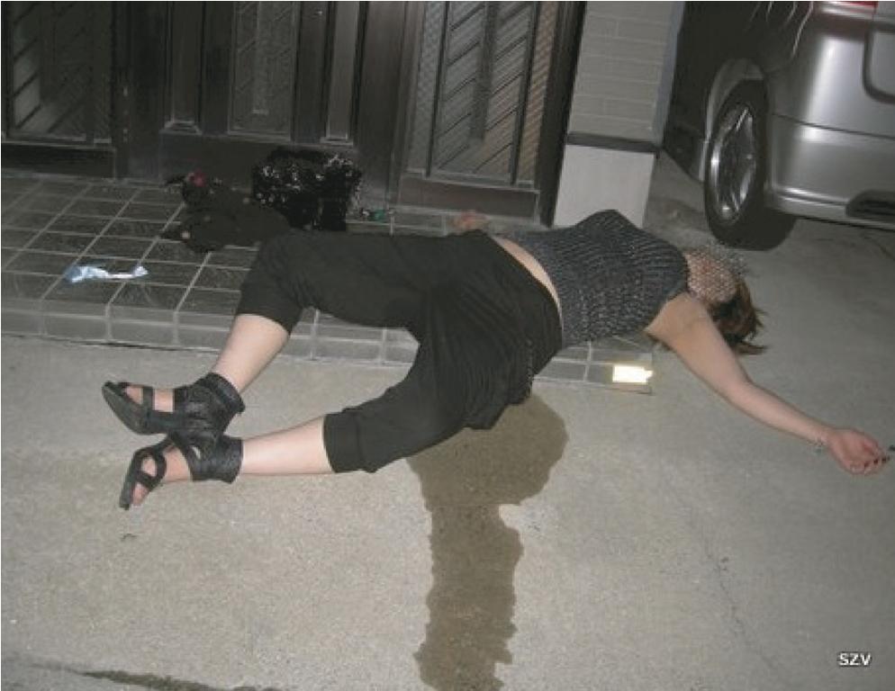 力尽きた泥酔女性が自宅前でオシッコを漏らす!