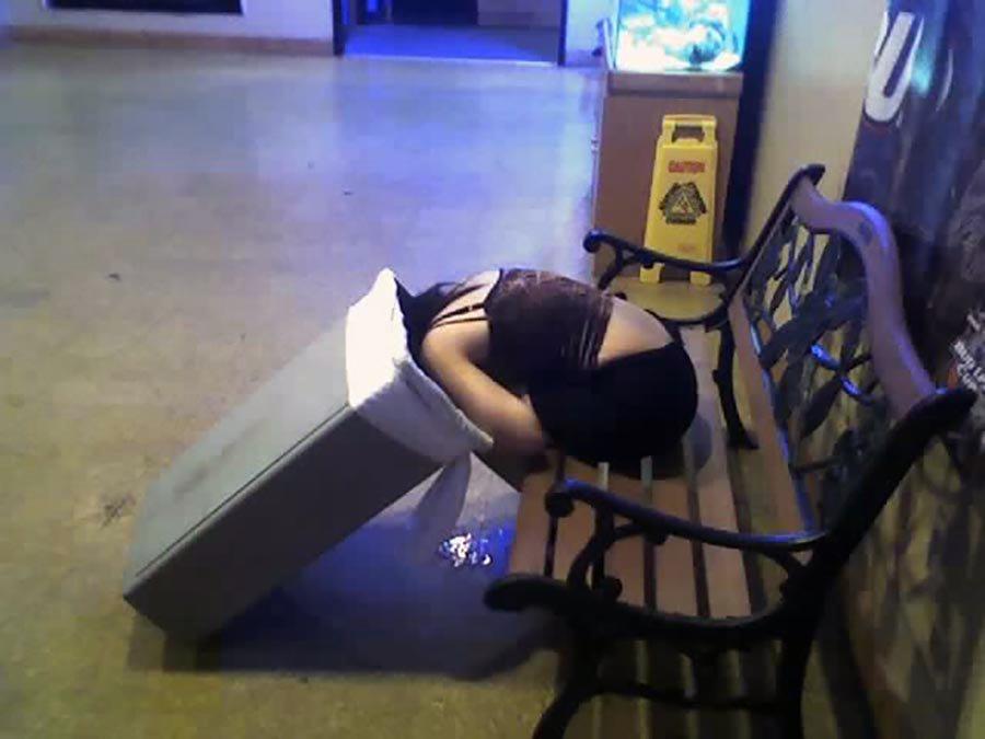 泥酔してゴミ箱に頭を突っ込んでる女性を発見!