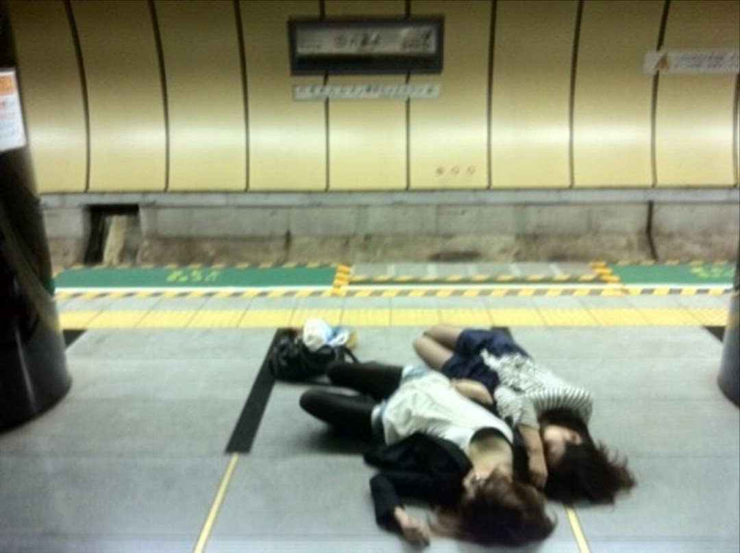 駅のホームで酔っ払いの美女たちが寝てる!