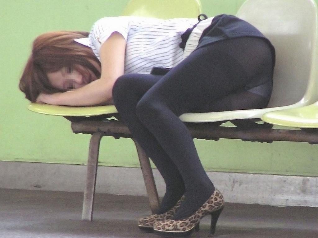 ベンチで寝てる女の黒パンストからパンツ丸見え!