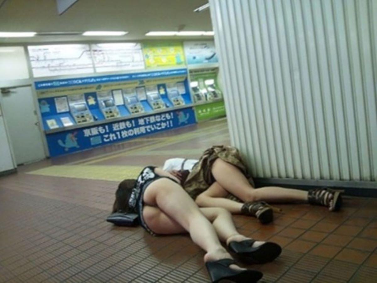 駅構内でお尻むき出しで倒れてる泥酔美女!